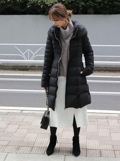 白スカート×黒ダウンコートのコーデ画像
