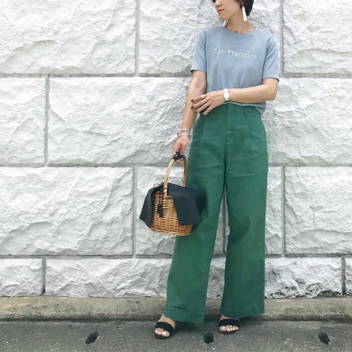 グレーTシャツ×グリーンワイドパンツのコーデ画像