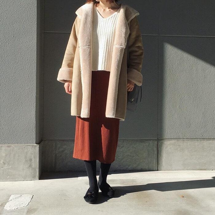 ベージュアウター×ブラウンニットタイトスカートのコーデ画像
