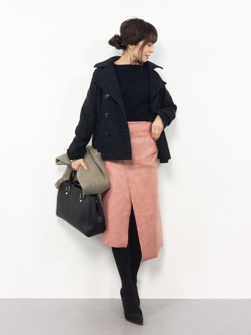 くすみピンク色スカート×黒Pコートのコーデ画像