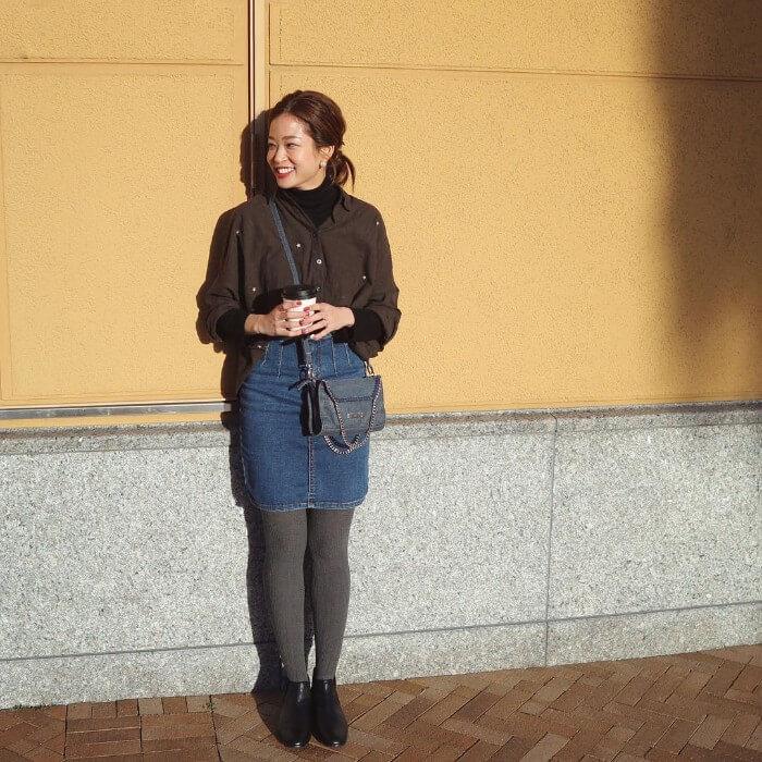 茶色シャツ×ミニデニムスカートのコーデ画像