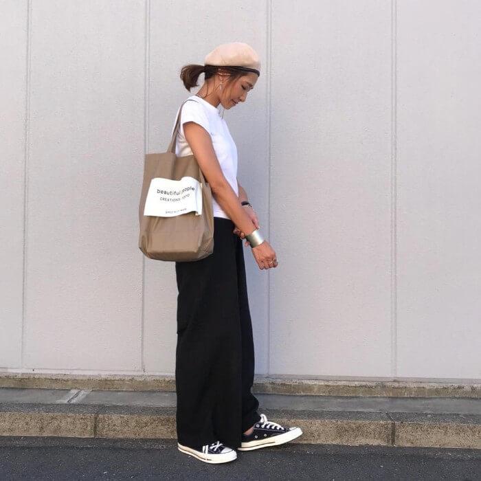 アイボリーベレー帽×白T×黒ワイドパンツの帽子コーデ画像