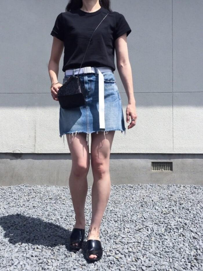 デニムミニフレアスカート×黒Tシャツのコーデ画像