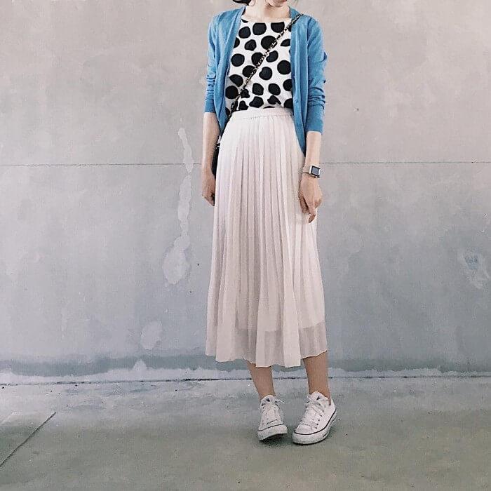 白のシースルースカート×色柄トップスのコーデ画像
