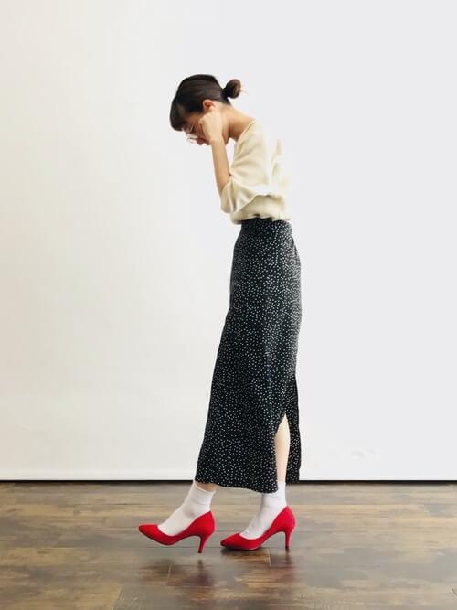 黒ドットタイトロングスカート×白靴下のコーデ画像