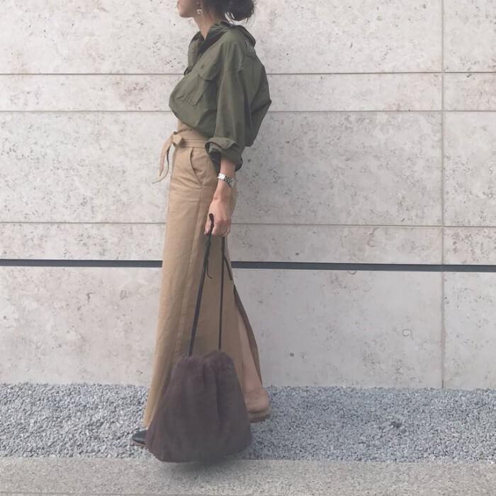 ベージュのスリットロングスカートとカーキトップスのコーデ画像