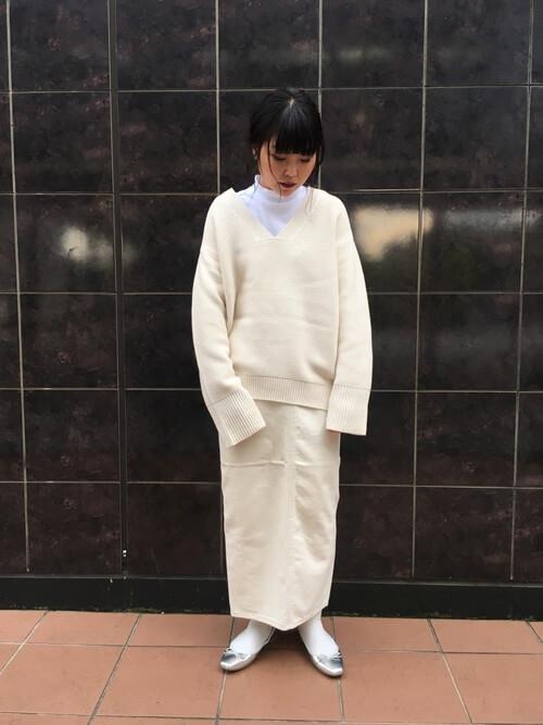 白ニット×白デニムロングスカート×シルバーフラットシューズのコーデ画像