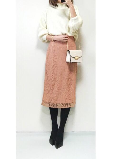 ピンクレースタイトスカート×白タートルニットのコーデ画像