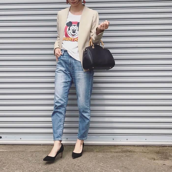 白プリントTシャツ×ストレートデニム×ノーカラージャケットのコーデ画像
