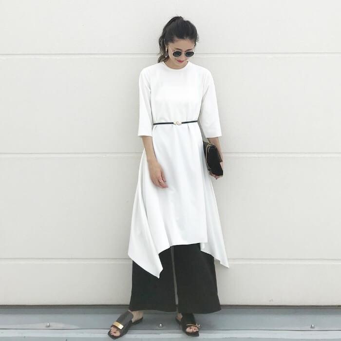 白のTシャツワンピース×黒ワイドパンツ×細ベルトのコーデ 画像