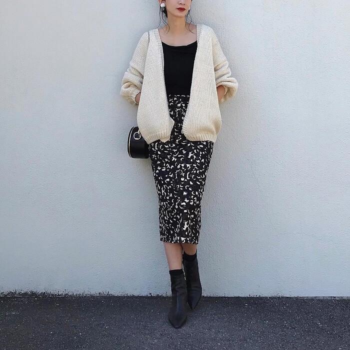 白ニットカーディガン×レオパード柄タイトスカートのコーデ画像