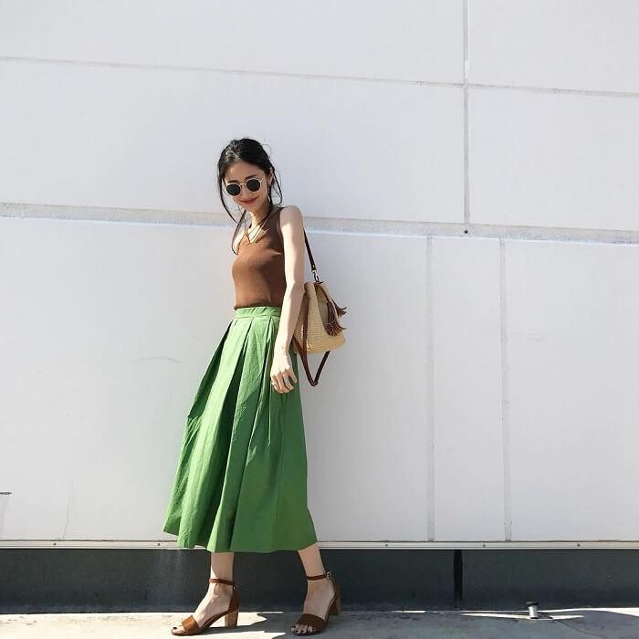 ナチュラルグリーンのタフタスカート×ブラウントップス×ブラウンサンダルのコーデ画像