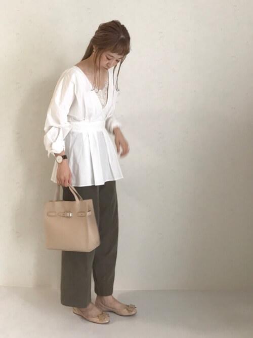 白シャツ×ベージュのキャミソールのコーデ画像
