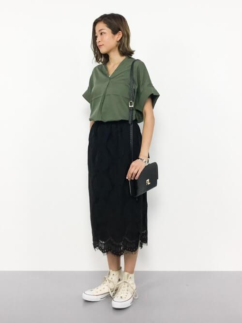 黒レースタイトスカート×カーキシャツのコーデ画像