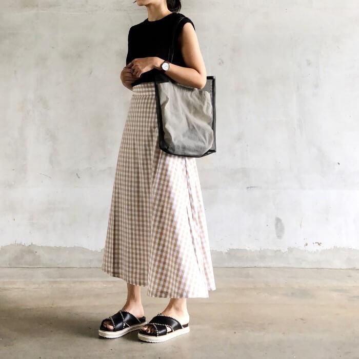 黒ノースリーブ×チェック柄ロングスカートのコーデ画像