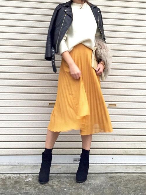 マスタード色の膝丈シフォンスカートのコーデ画像