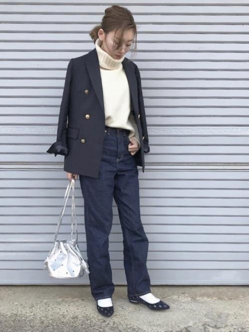 紺ブレ×白ニット×生デニムパンツのコーデ画像