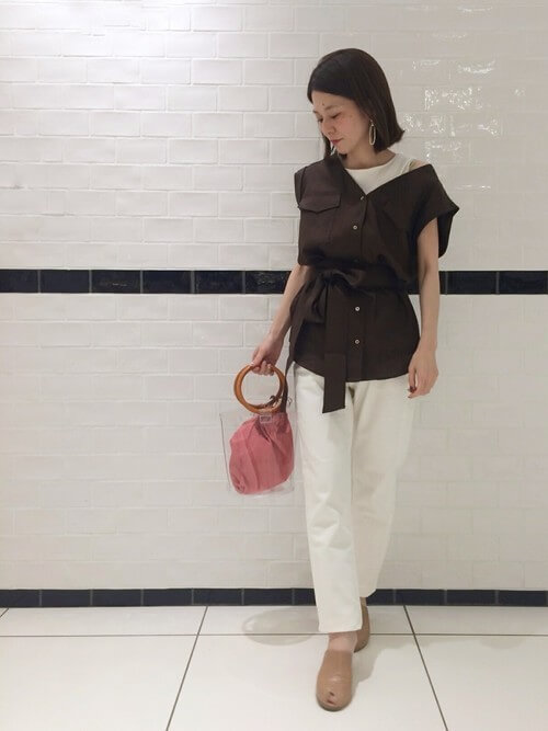 茶色ウエストマークリネンシャツ×白パンツのコーデ 画像