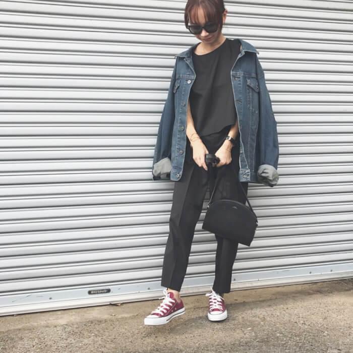 デニムジャケット×黒スラックス×赤スニーカー