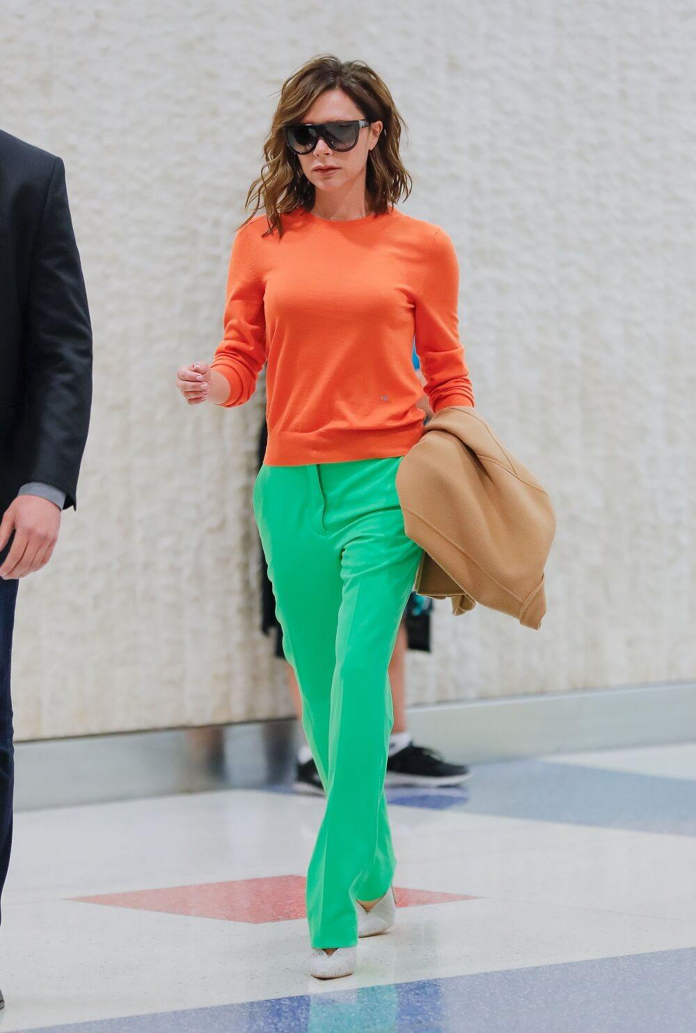 ヴィクトリア・ベッカムの私服ファッション写真(オレンジのニット)