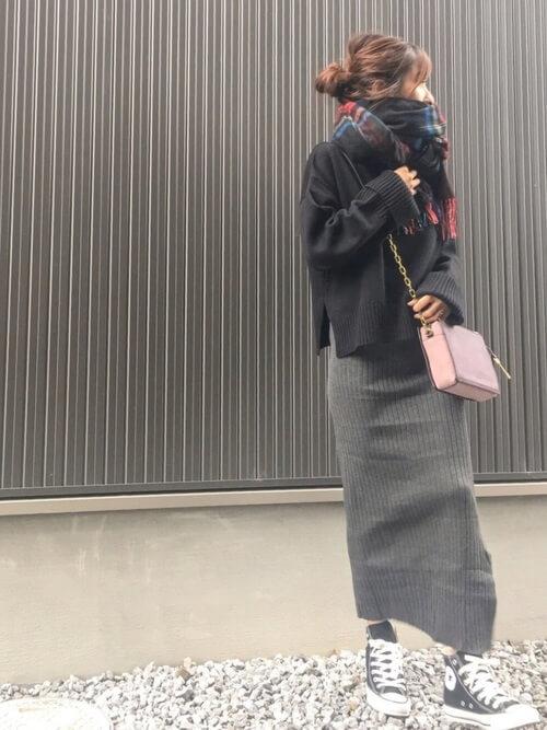 グレーリブニットタイトスカート×黒ルーズニットのコーデ画像