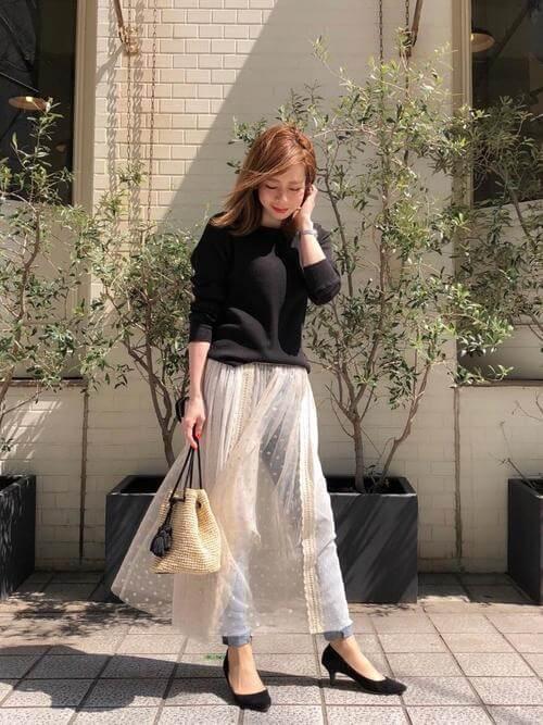 黒スウェットパーカー×白チュールスカートのコーデ画像