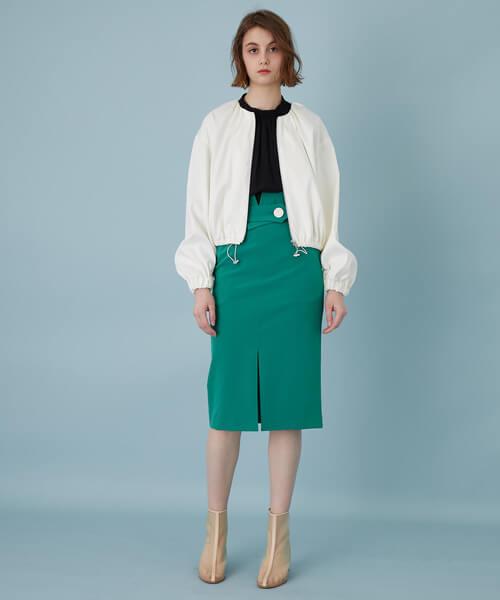 白ギャザーブルゾン×グリーンスカートのコーデ画像