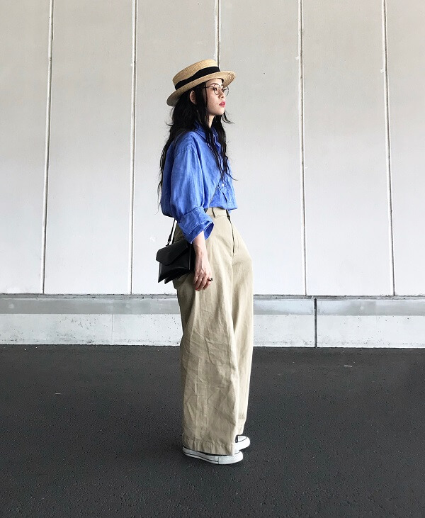 ブルーのシャツ×チノパン×カンカン帽のコーデ画像