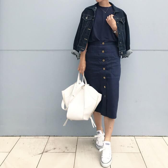 ネイビータイトスカート&デニムGジャン×白スニーカーのコーデ画像