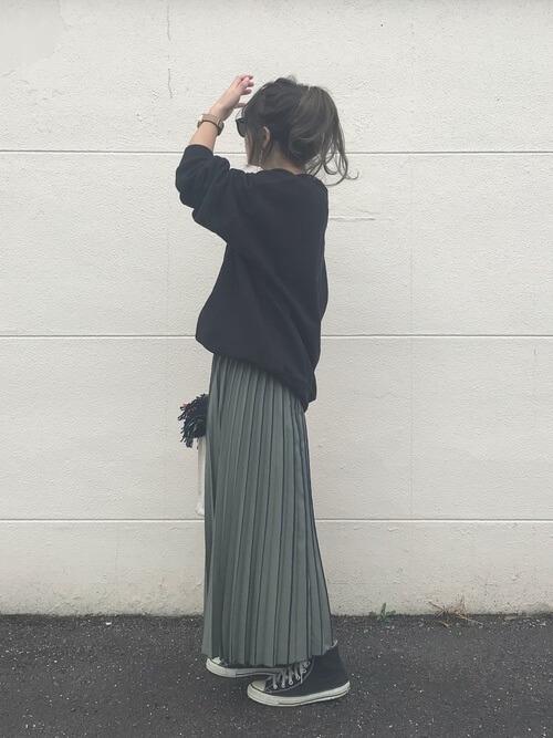 黒スウェット×カーキロングプリーツスカートのコーデ画像