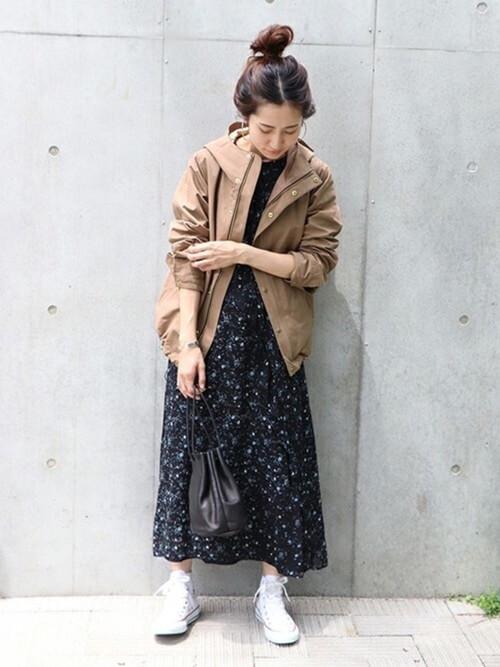 ベージュマウンテンパーカーと花柄スカートのコーデ画像