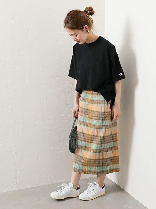 白スタンスミス×チェックロングスカートのコーデ画像