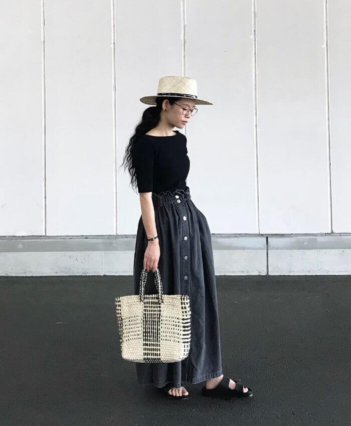 黒トップス×デニムスカート×かごマルシェバッグのコーデ画像