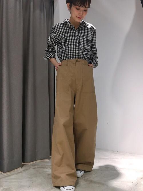 ギンガムチェックシャツ×ベージュワイドベイカーパンツのコーデ画像