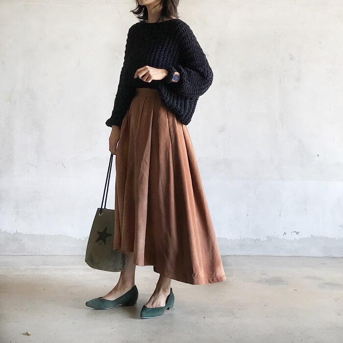 黒ニット×タフタスカートのコーデ画像