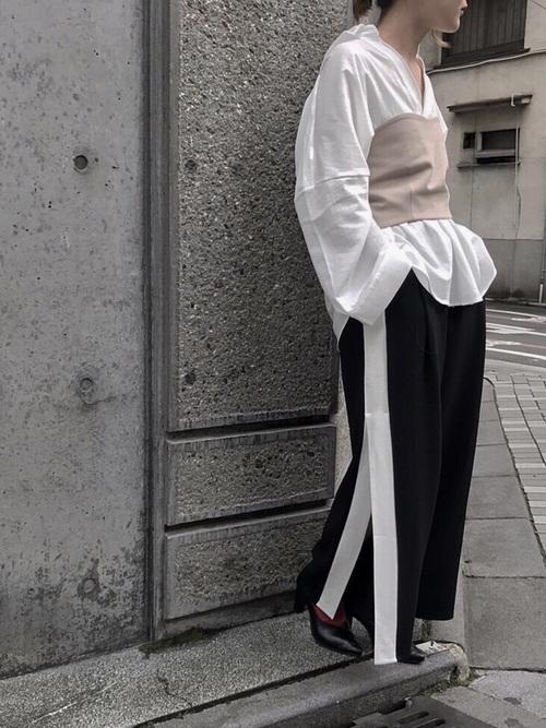 ビスチェ×黒ラインパンツのコーデ画像