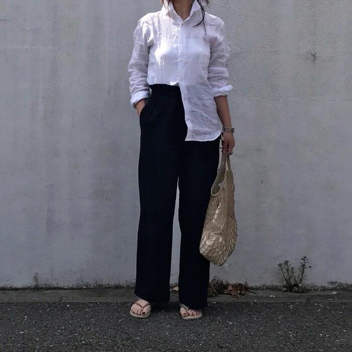 白リネンシャツ×黒ワイドパンツのコーデ 画像
