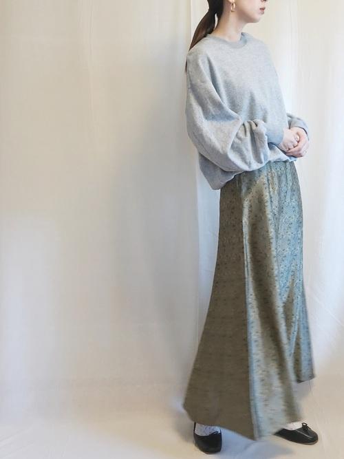 グレースウェット×花柄フレアスカートのコーデ画像