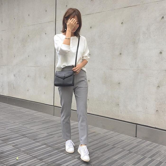 白トップス×グレースティックパンツのコーデ画像