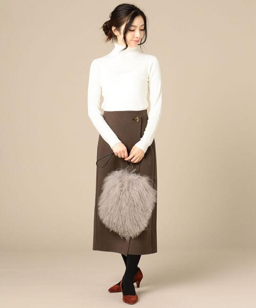 ダークブラウンの千鳥格子ラップスカート×白タートルネックのコーデ画像