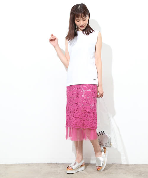 ピンクレーススカートと白ノースリーブ&シルバーサンダルのコーデ画像