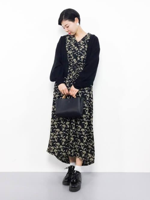 黒カーディガン×黒花柄ワンピースのコーデ画像