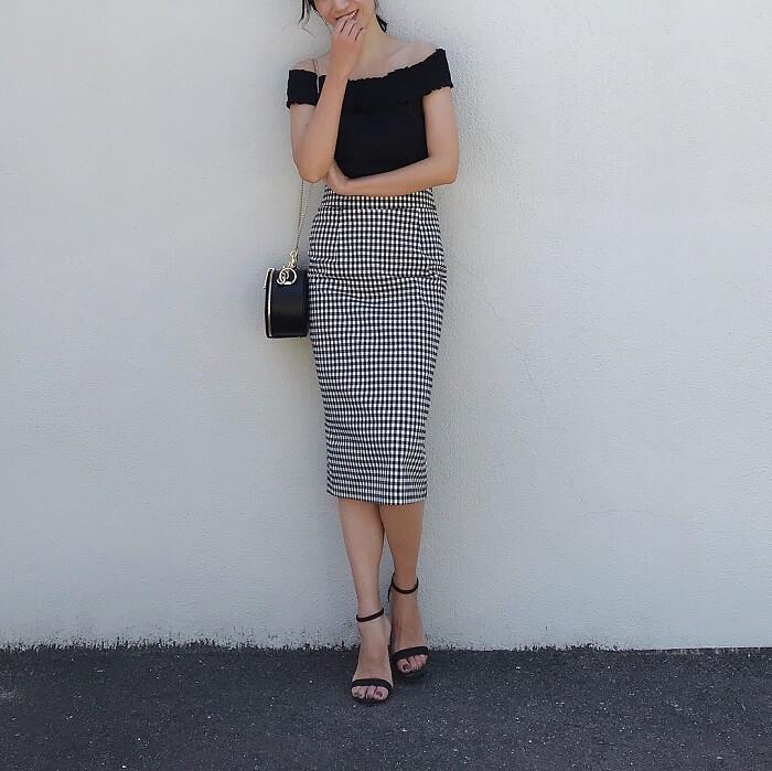 黒タイトトップス×ギンガムチェックタイトスカートのコーデ画像