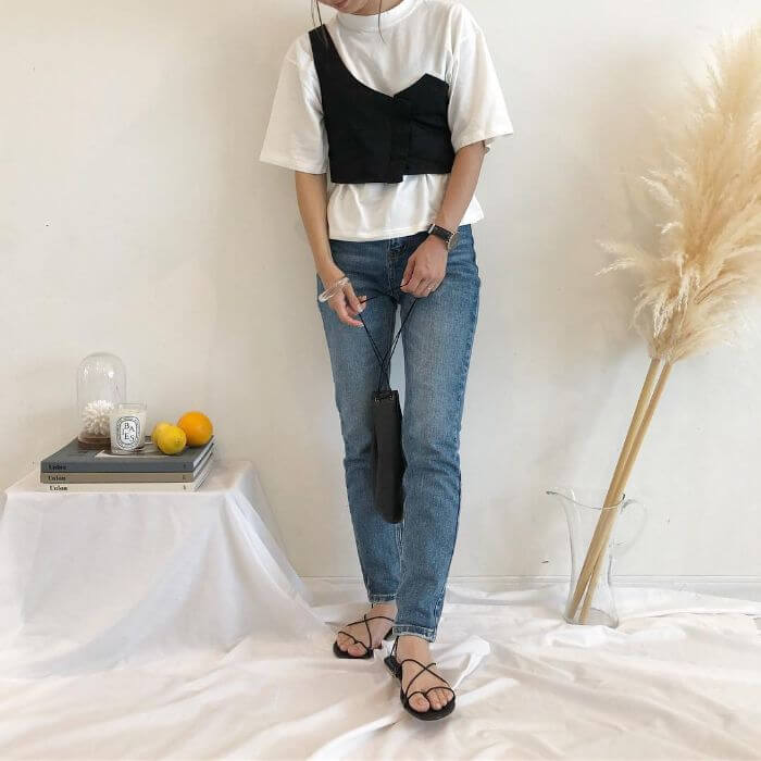 白Tシャツ×黒ワンショルダービスチェを重ね着したレイヤードコーデ画像