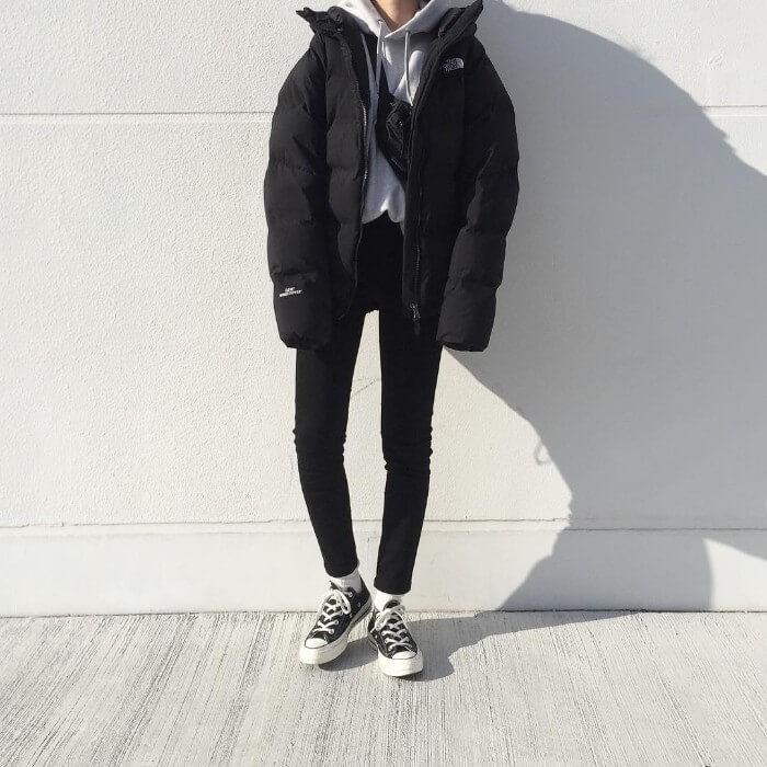 黒ダウンジャケット×黒スキニーのコーデ画像