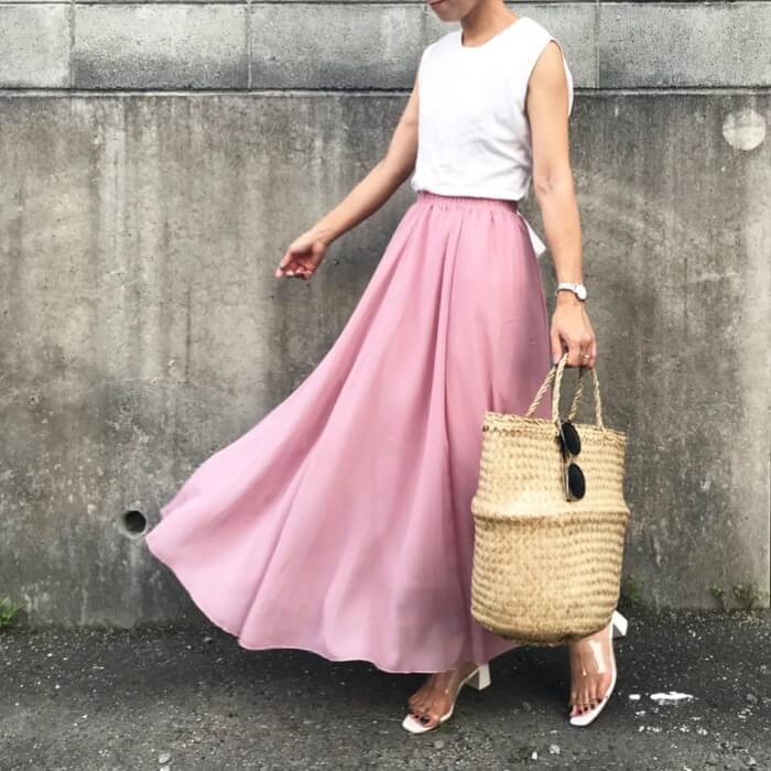 フレアピンクスカート×白ノースリーブのコーデ画像