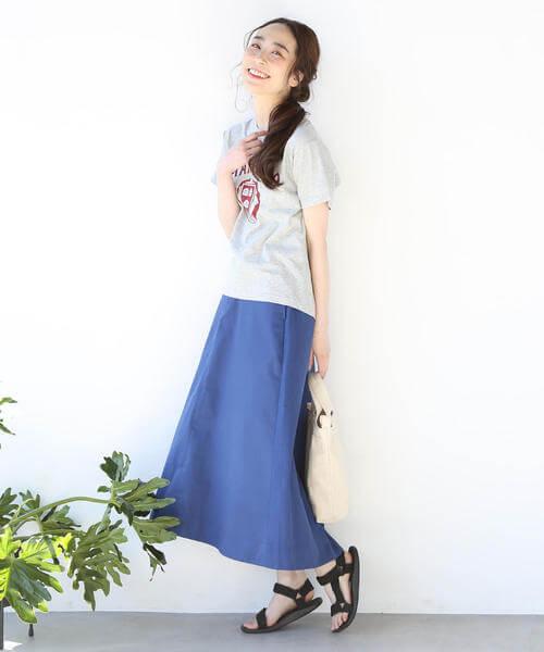 コバルトブルーロングスカート×グレーTシャツのコーデ画像
