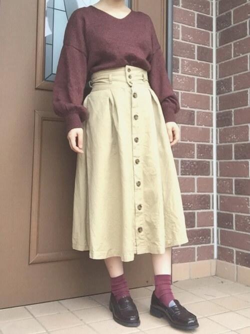 茶色コインローファー×赤靴下×赤ニットの靴下コーデ画像