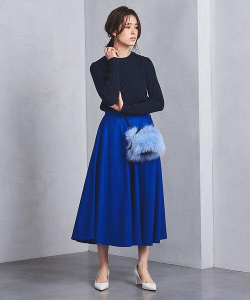 ロイヤルブルーフレアスカート×ネイビーのワントーンコーデ画像