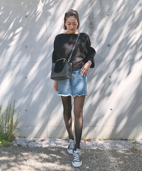 黒スウェット×ショート丈デニムスカートのコーデ画像